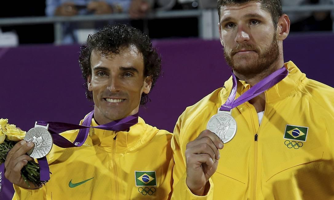 Emanuel e Alison com a medalha de prata Foto: Luis Alvarenga / O Globo