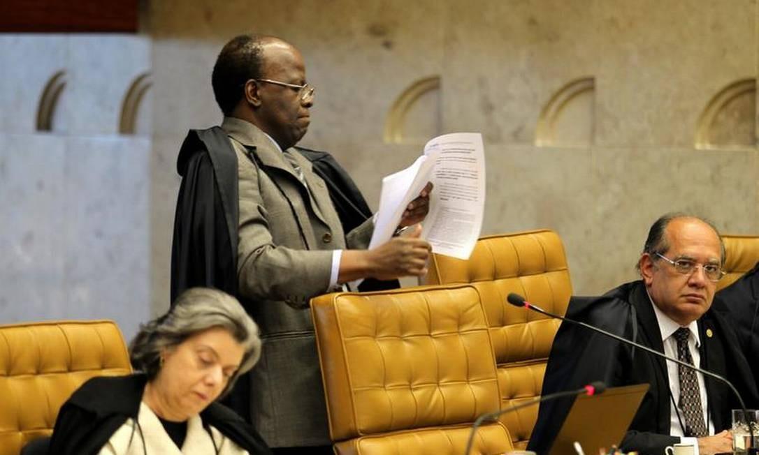 Relator do processo, ministro Joaquim Barbosa (centro), interrogou advogado de Pizzolato ao final da defesa Foto: Ailton de Freitas / Agência O Globo