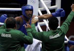 Esquiva Falcão comemora sua vitória na semifinal Foto: Luis Alvarenga / Extra