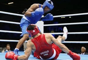 Esquiva Falcão derruba o britânico Anthony Ogogo na vitória que garantiu a presença inédita do Braisl numa olímpica do boxe! Foto: AFP Photo