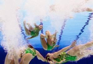 Atketas japonesas caem na água para apresentação do nado sincronizado Foto: AFP Photo