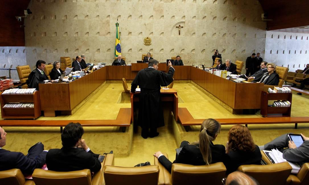 Ministros acompanham no plenário o início do sétimo dia de julgamento do mensalão no Supremo Tribunal Federal Ailton de Freitas / O Globo