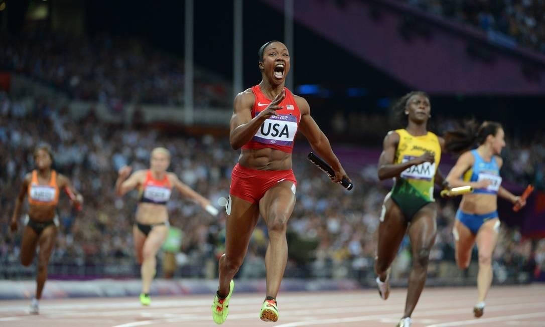 Carmelita Jeter grita na chegada dos 4x100m feminino Foto: AFP