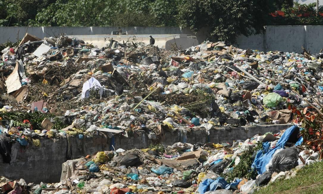 Central de tranferência de lixo que fica no bairro Figueira, em Duque de Caxias, foi fechada por uma ordem judicial Foto: Cléber Júnior (arquivo) / Extra