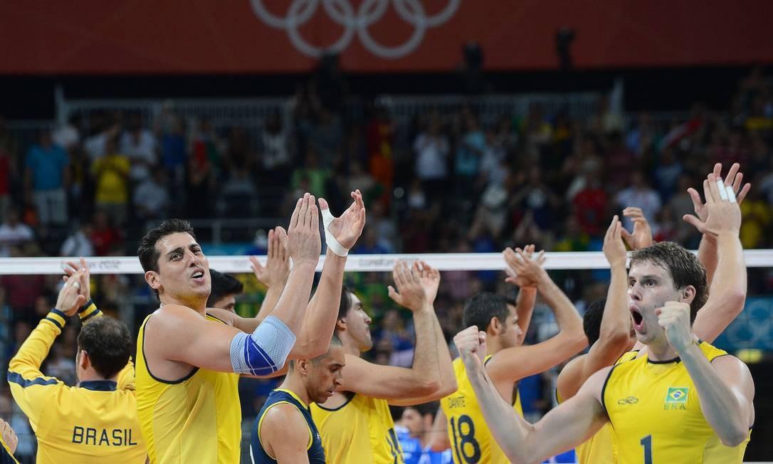 Jogadores da seleção masculina de vôlei comemoram a vitória sobre a Itália e a classificação para a final olímpica Foto: KIRILL KUDRYAVTSEV / AFP