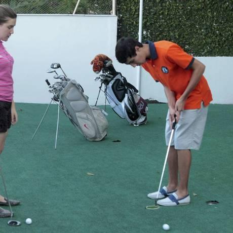 Os irmãos brincam no campo de golfe que têm em casa Foto: Gustavo Stephan / Agência O Globo