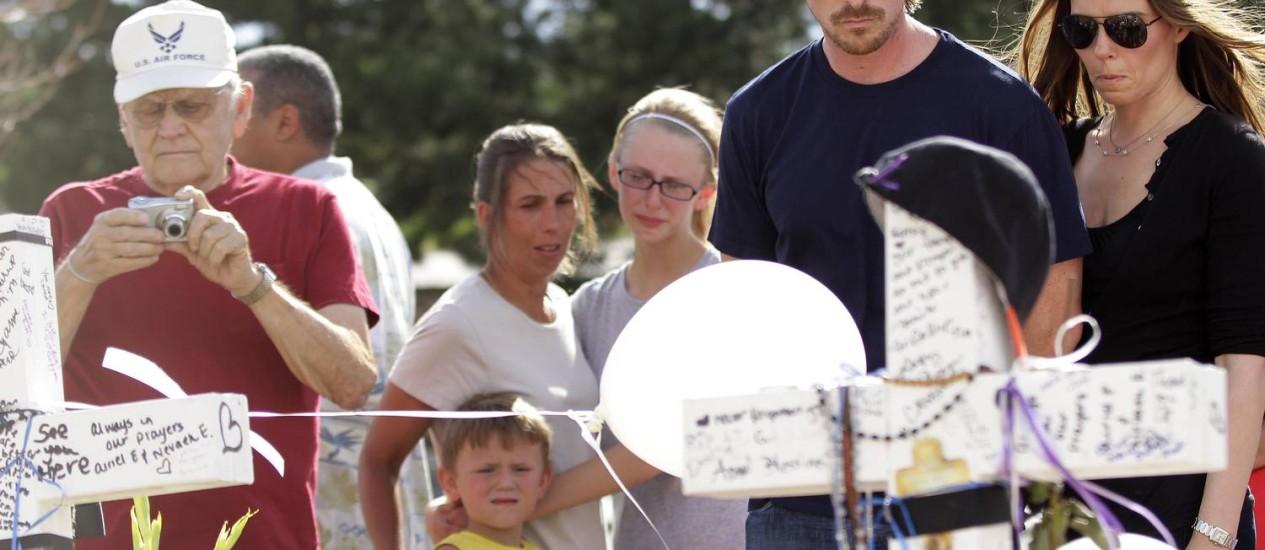 O protagonista do filme, Christian Bale, visita memorial das vítimas em Aurora Foto: Joshua Lott / AFP