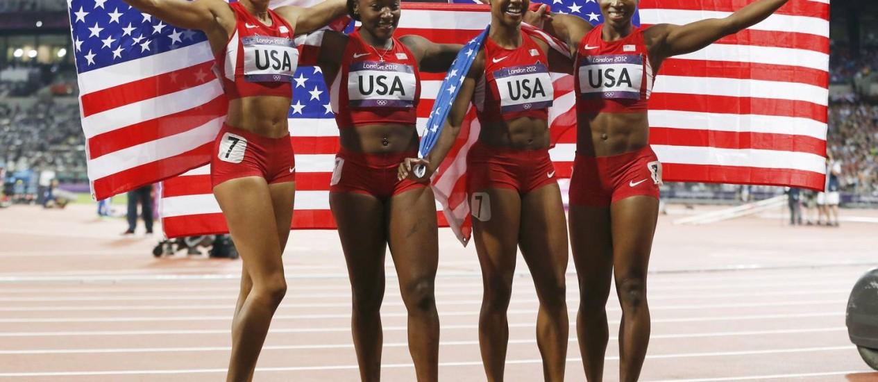 Allyson Felix, Bianca Knight, Carmelita Jeter e Tianna Madison comemoram a vitória no 4x100m Foto: Mark Blinch / REUTERS
