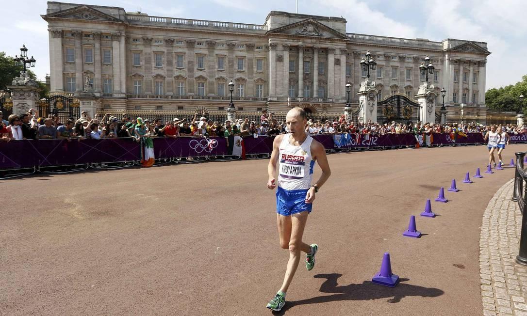 O russo Sergey Kirdyapkin passa pelo Palácio de Buckingham durante a prova de marcha atlética Foto: Reuters