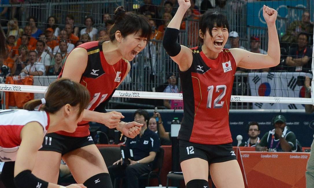 Japonesas comemoram a vitória sobre a Coreia do Sul que valeu o bronze no vôlei Foto: AFP