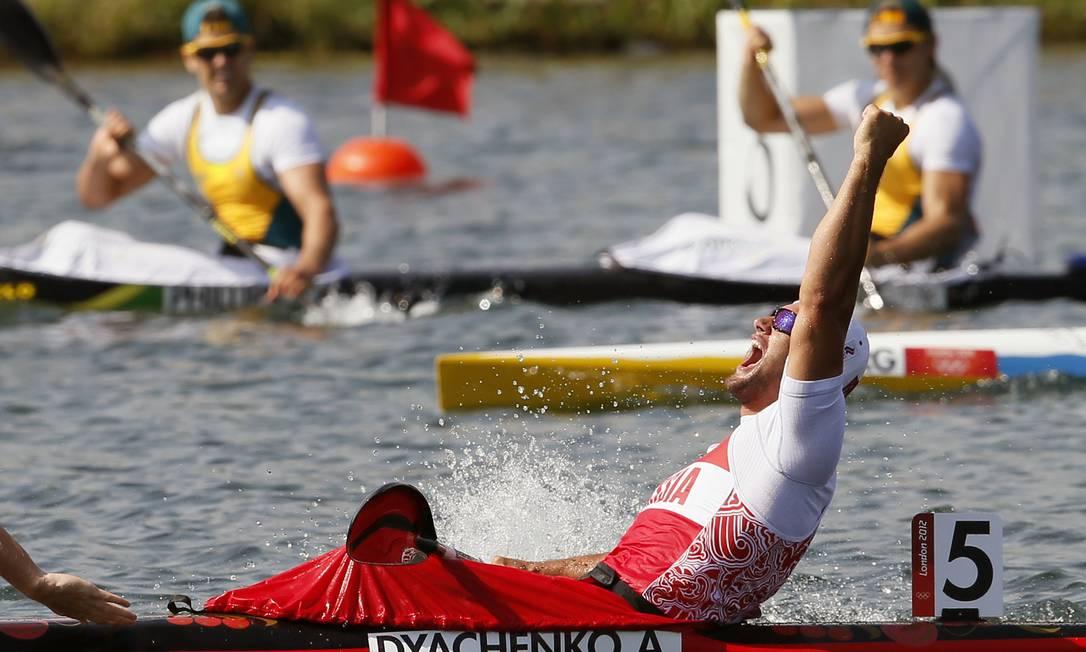 Alexander Dyachenko, da Rússia, comemora o ouro no caiaque 200m AP