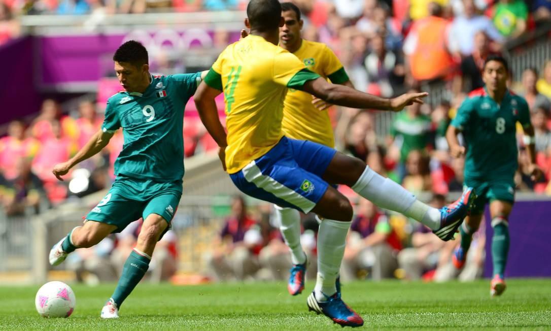 Peralta chuta para abrir o placar para o México contra o Brasil, aos 30 segundos de jogo, na decisão do futebol Foto: MARTIN BERNETTI / AFP