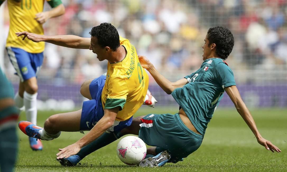 O mexicano Diego Reyes comete uma falta dura em Leandro Damião. O Brasil começou a pressionar a partir dos 30 minutos do primeiro tempo, em busca do empate Foto: JORGE SILVA / REUTERS