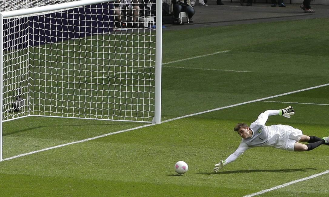 O goleiro Rafael Cabral se estica mas não consegue evitar o gol de Peralta Foto: Andrew Medichini / AP