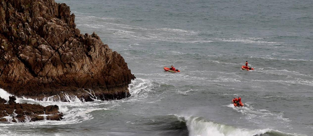 Policiais fazem buscas na costa de New Plymout, na Nova Zelândia Foto: Reprodução NZHerald