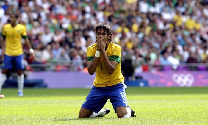 Neymar se desespera com mais uma chance perdida contra o México. O Brasil perdeu a final olímpica por 2 a 1 e mais uma vez viu frustrado o sonho do ouro no futebol Luca Bruno / AP