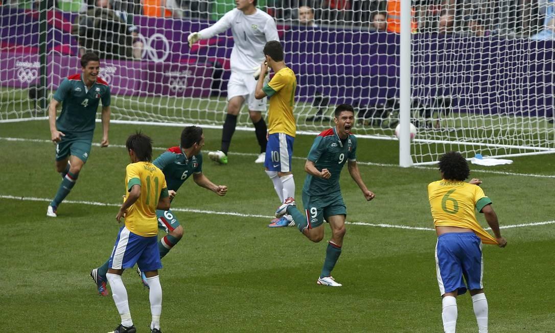 Peralta novamente: de cabeça, o camisa 9 marca o segundo gol e esfria a reação brasileira, aos 29 minutos do segundo tempo Foto: Paul Hanna / AP