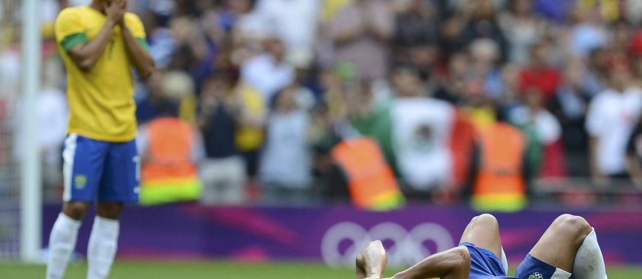 Lucas e Hulk parecem não acreditar na derrota para o México na final em Wembley Foto: Reuters