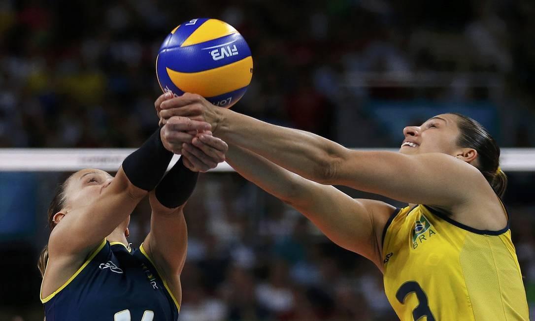 O Brasil de Fabi (de azul) e Dani Lins venceu o segundo set por 25 a 17 Foto: Reuters