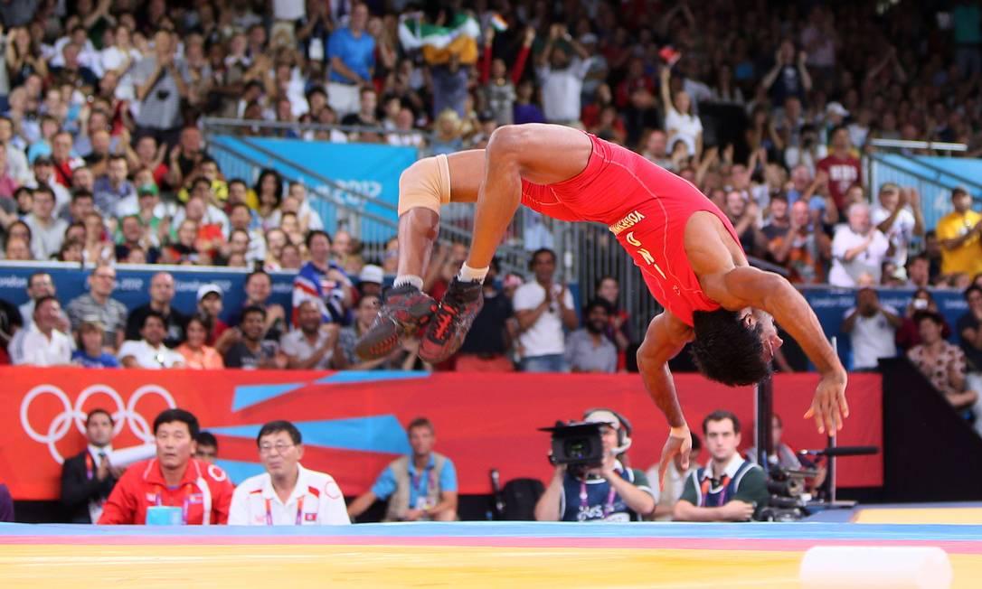 O indiano Yogeshwar Dutt comemora o bronze conquistado na luta-livre (até 60kg) AFP