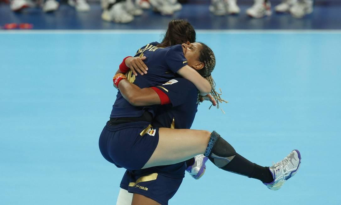As jogadoras da Espanha comemoram a conquista do bronze sobre a Coreia do Sul no handebol Foto: AP