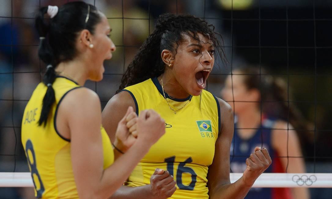 Fernanda Garay comemora a vitória do Brasil, que venceu as favoritas americanas por 3 a 1 Foto: AFP