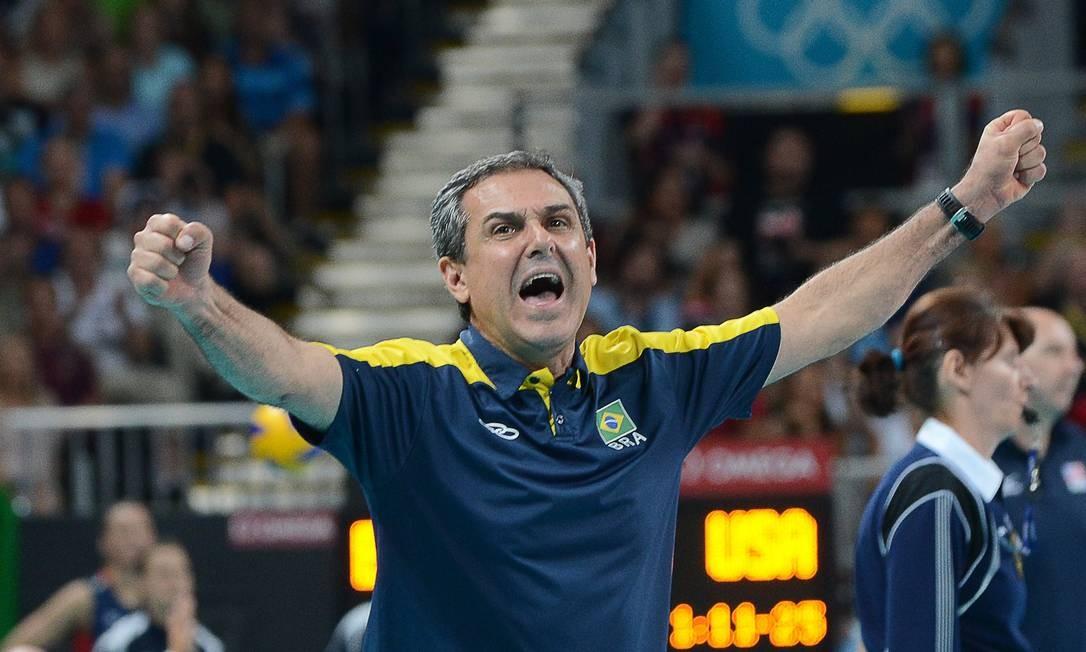 José Roberto Guimarães é tricampeão olímpico. Ouro com os homens em 1992 e bi com as meninas em 2008 e 2012 Foto: AFP