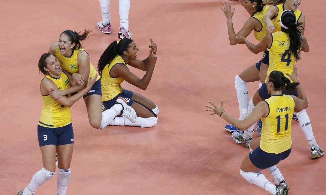 A explosão das jogadoras brasileiras assim que fecharam o quarto set: 3 a 1 de virada e bicampeãs olímpicas Foto: Reuters