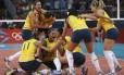Jogadoras da seleção feminina de vôlei comemoram a vitória sobre os EUA na final olímpica