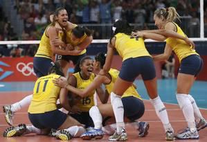 Jogadoras da seleção feminina de vôlei comemoram a vitória sobre os EUA na final olímpica Foto: Ivan Alvarado / Reuters