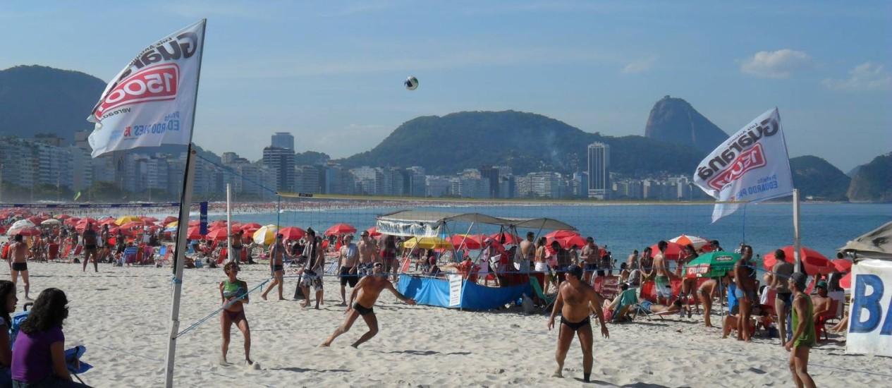 Na Praia de Copacabana, o candidato Luiz Antônio Guaraná usa redes de vôlei como suporte para bandeiras que promovem sua candidatura Foto: Foto do leitor Horácio Gomes / Eu-Repórter