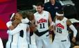 Os jogadores americano comemoram mais um ouro no basquete