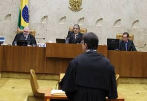 Advogado de Jacinto Lamas apresenta a defesa para os 11 ministros do STF Foto: O Globo / Ailton de Freitas
