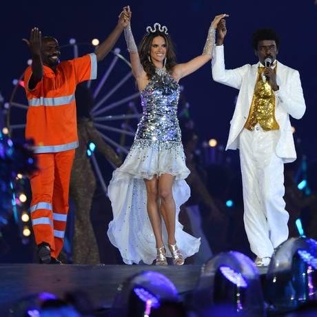 O gari Renato Sorriso, a modelo Alessandra Ambrósio e o cantor Seu Jorge se apresentam no encerramento dos Jogos Olímpicos de Londres Foto: AFP