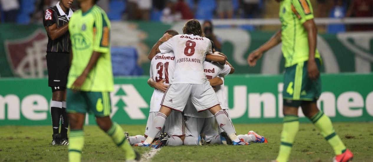 Jogadores do Fluminense comemoram o gol da vitória sobre o Palmeiras, marcado por Jean (encoberto) Foto: Marcio Alves / O Globo