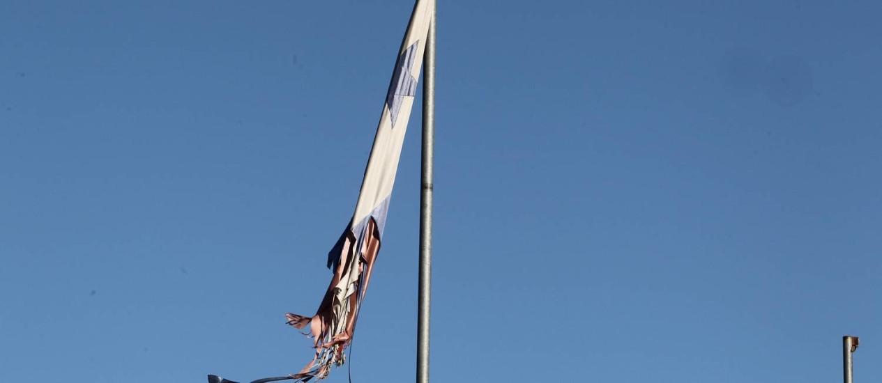 Bandeira do Pan totalmente destruída na Barra da Tijuca Foto: Domingos Peixoto / O Globo