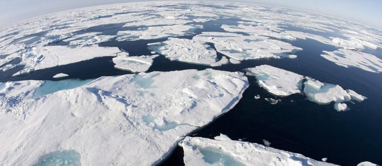 ESPESSURA DO do gelo do Ártico é estudada pela Agência Espacial Europeia. Acima, foto de 2008 na área da Baía de Baffin, que pertence ao Canadá Foto: Jonathan Hayward / AP Photo