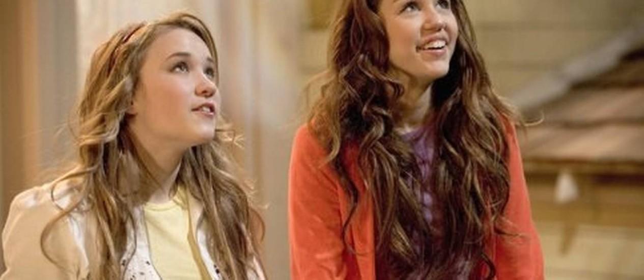 """Miley Cyrus à direita: em """"Two And A Half Men"""", atriz vai participar da nova temporada, que estreia em setembro nos EUA Foto: Reprodução"""