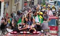 Jogadoras da seleção brasileira de vôlei cumprimentam fãs em São Paulo Foto: Eliária Andrade / O Globo