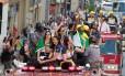 Jogadoras da seleção brasileira de vôlei cumprimentam fãs em São Paulo