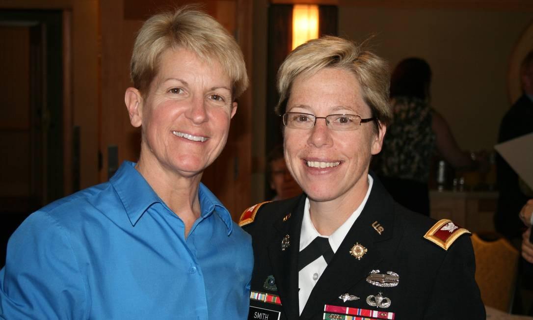 Tammy Smith (direita), primeira lésbica assumida promovida a general nos EUA, com sua mulher, Tracey Hepner Foto: Divulgação/ Servicemembers Legal Defense Network