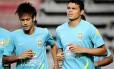 Motivação? Neymar e Thiago Silva treinam, em meio ao desânimo geral