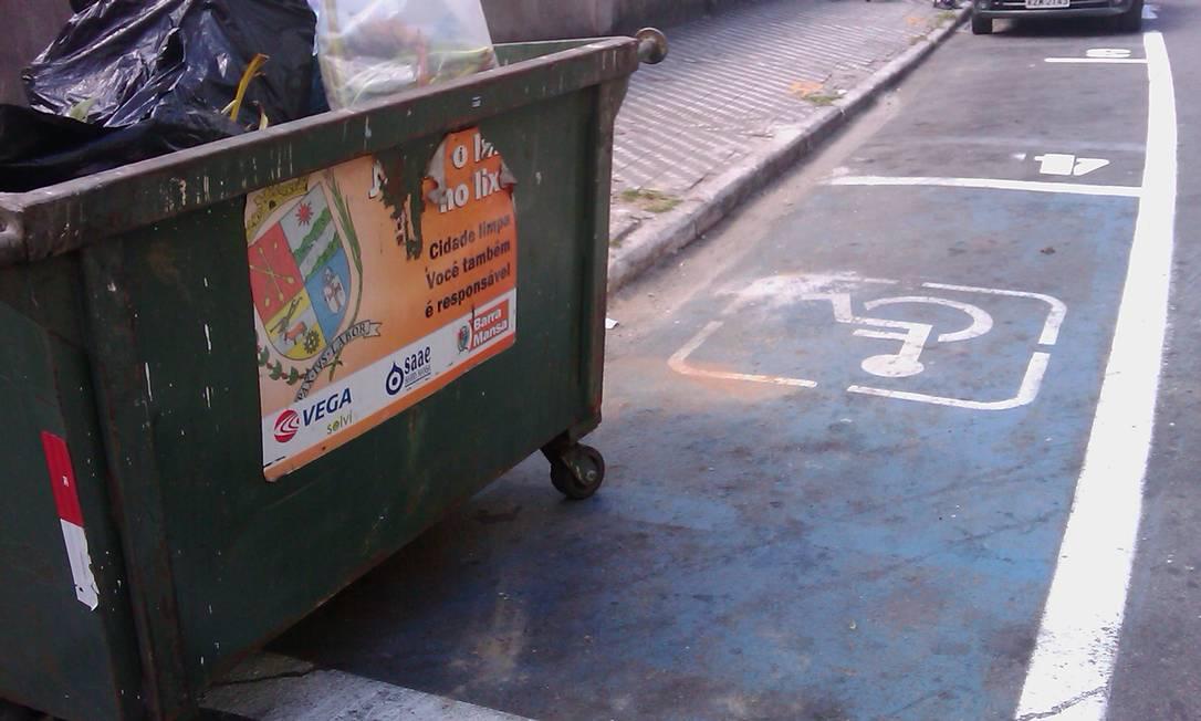 Já em Barra Mansa, no Sul fluminense, caçambas de lixo são posicionadas sobre a vaga destinada aos deficientes Foto da leitora Neide Aparecida Souza / Eu-Repórter