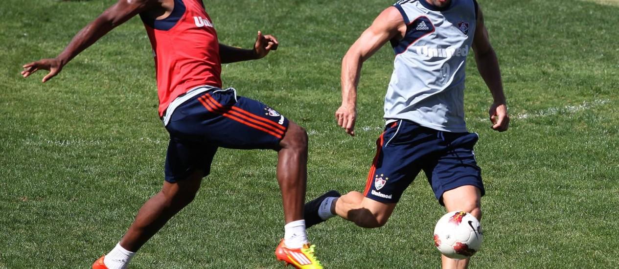 Digão e Fred disputam a bola durante treino do Fluminense Foto: Jorge Willian/Agência O Globo