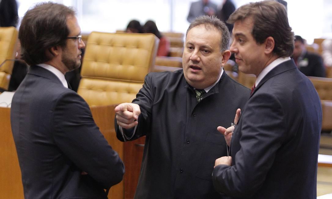 O advogado João dos Santos Gomes Filho, que defende o ex-deputado Paulo Rocha, conversa com Pierpaolo Bottini (de barba), que defende o ex-deputado Professor Luizinho e outro advogado, no Supremo Tribunal Federal André Coelho / O Globo