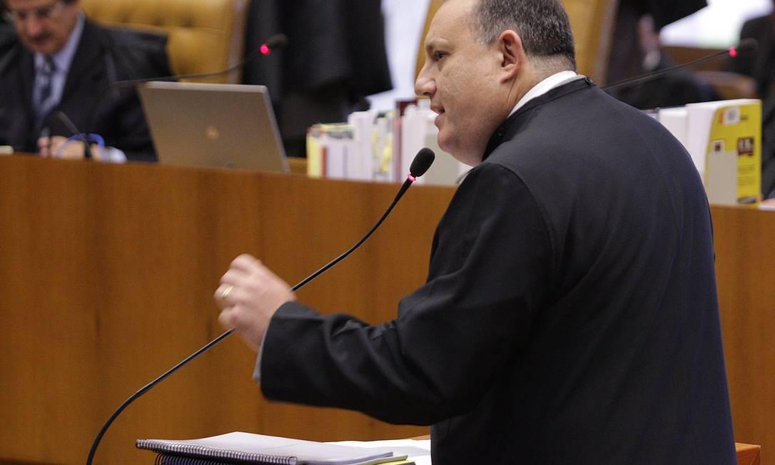 João dos Santos Gomes Filho apresenta seus argumentos em favor do réu no penúltimo dia de defesa no julgamento do mensalão no STF André Coelho / O Globo