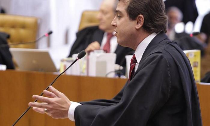 Luiz Maximiliano Leal, advogado de Anita Leocádia, auxiliar do ex-deputado Paulo Rocha, durante o penúltimo dia de defesa. Anita é acusadade lavagem de dinheiro e de intermediar o recebimento de pelo menos R$ 600 mil em agências do Banco Rural André Coelho / O Globo