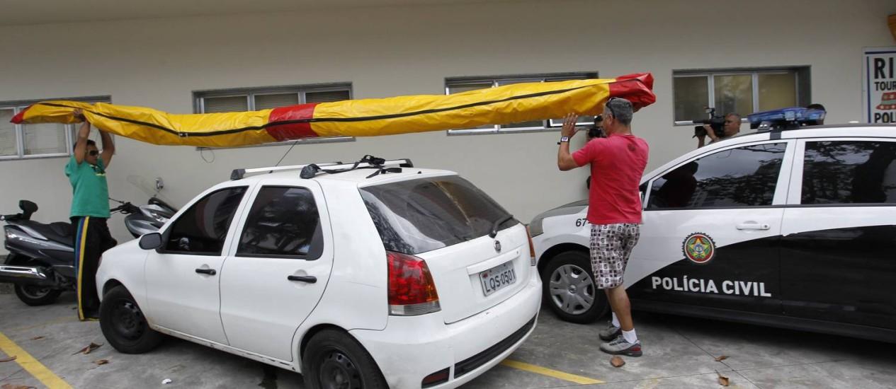 Após acidente na Estrada das Canoas, onde morreu o piloto Wanderley Coelho, asa-delta usada em voo duplo é levada ao Deat, no Leblon Foto: Carlos Ivan / Agência O Globo
