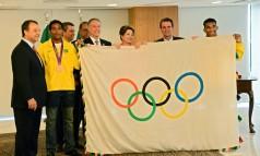 Gafe olímpica. Na apresentação da bandeira a Dilma, autoridades e atletas tocam o símbolo sem luvas Foto: João Paulo Engelbrecht / Divulgação
