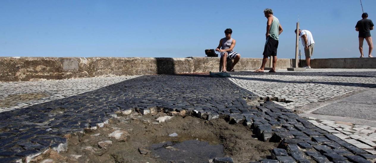 O piso do Quebra-Mar está repleto de buracos formados com a soltura de pedras portuguesas Foto: Márcio Alves / Agência O Globo